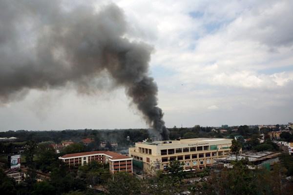 Una enorme columna de humo emerge del centro comercial Westgate enNairobi, Kenia, el lunes 23 de septiembre de 2013. Varias explosiones de gran intensidad sacudieron el lunes el exclusivo centro comercial donde se vive el tercer día de una crisis de rehenes. (Foto AP/ Jerome Delay)