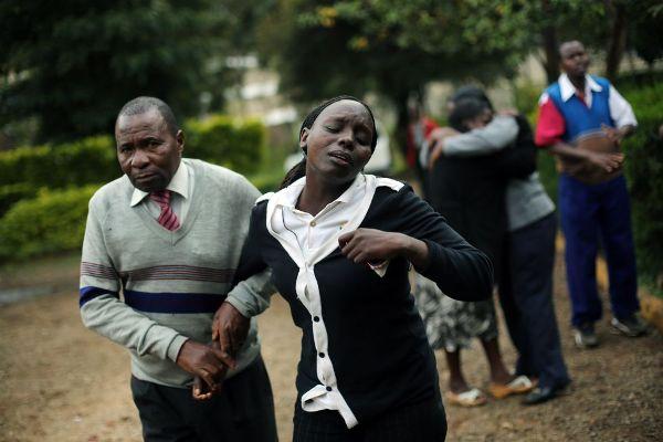 Las escenas de dolor se suceden en la morgue de Nairobi a medida que los familiares identifican a las víctimas del ataque al centro comercial Westgate. JEROME DELAY (AP)