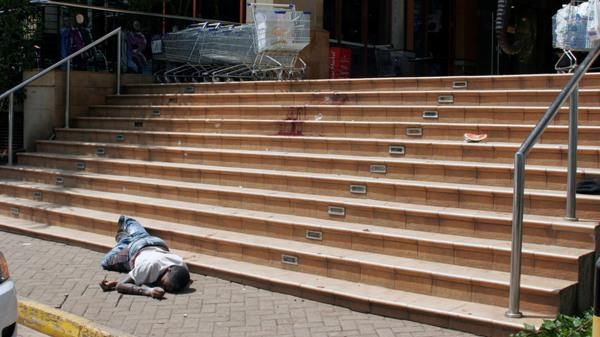 Un cuerpo yace en el exterior del exclusivo centro comercial Westgate en Nairobi, Kenia, el sábado 21 de septiembre de 2013. De acuerdo con un funcionario de la Cruz Roja en Kenia, al menos 22 personas murieron en un ataque al centro comercial. (Foto AP/Sayyid Azim)
