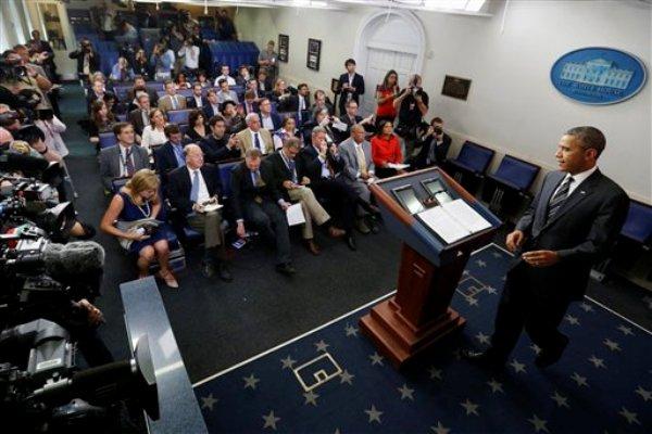 El presidente Barack Obama llega a la sala de conferencias de la Casa Blanca el viernes 27 de septiembre de 2013 para hacer una declaración sobre la lucha presupuestaria en el Congreso. (Foto AP/Charles Dharapak)