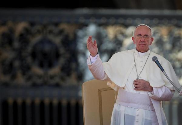 El papa Francisco saluda a los fieles durante la audiencia general de todos los miércoles en la plaza de San Pedro en el Vaticano el miércoles 4 de septiembre de 2013.  EFE/Alessandro Di Meo
