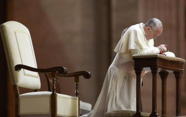 El Papa Francisco ora por la paz en Siria, el 7 de agosto de 2013. EFE/EPA/ALESSANDRO DI MEO