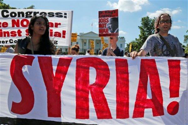 Manifestantes opuestos a la guerra protestan por una posible ofensiva militar en Siria frente a la Casa Blanca, Washington, el sábado 7 de septiembre de 2013. (Foto AP/Charles Dharapak)