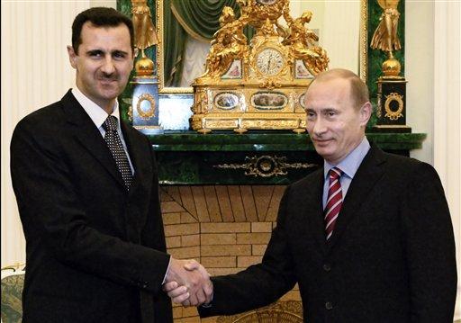El presidente ruso Vladimir Putin (derecha) y su colega sirio, Bashad Assar, en el Kremlin, Rusia, en una imagen del 19 de diciembre de 2006.(Foto AP/RIA Novosti, Mikhail Klimentyev, Servicio de Prensa de la Presidencia, Archivo)