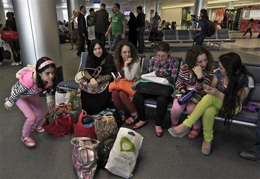 Varios refugiados sirios esperan para tomar un vuelo con destino a Alemania, donde se establecerán termporalmente, en el Aeropuerto Internacional  Rafik Hariri de Beirut, Líbano,el miércoles 11 de septiembre de 2013. El grupo de 107 refugiados es el primero en ser reubicado en Alemania como parte de un programa para ofrecer refugio a un máximo de 5.000 sirios vulnerables en nuevos hogares temporales. (Foto AP/Bilal Hussein)