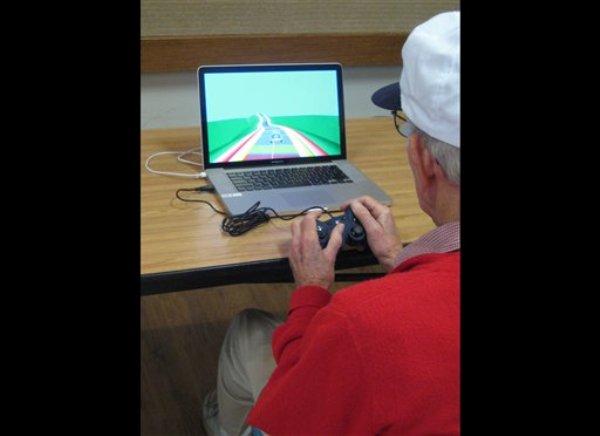 En una foto difundida por el Laboratorio Gazzaley de la Universidad de California en San Francisco uno de los participantes en un estudio sobre personas de edad avanzada maniobra en un juego de video NeuroRacer en San Francisco. Un estudio preliminar divulgado el miércoles 4 de septiembre de 2013 sugiere que el juego podría ayudar a que las personas mayores de 60 años mejoren su habilidad mental como el manejo de tareas múltiples paralelas. (Foto AP/ Laboratorio Gazzaley)