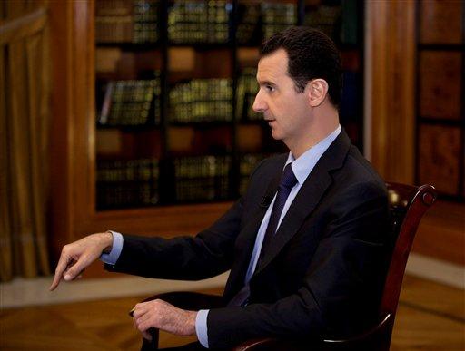 En esta foto de la agencia noticiosa oficial siria SANA y cuya autenticidad ha sido verificada sobre la base de su contenido y otros reportes de la AP, el presidente sirio Bashar Assad habla durante una entrevista con la televisora libanesa , el lunes 21 de octubre del 2013.  (Foto AP/SANA)