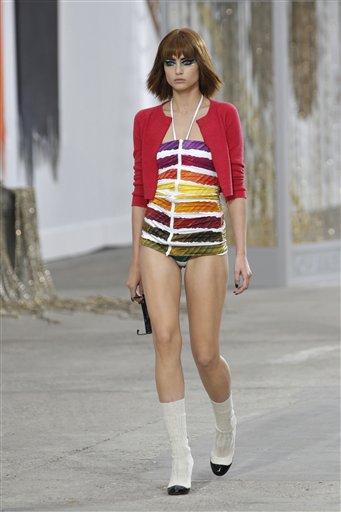 Una modelo presenta piezas de la colección primavera-verano 2014 de Chanel en París, el martes 1 de octubre de 2013. (Foto AP/ Christophe Ena)