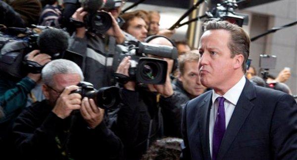 El primer ministro británico David Cameron llega a una cumbre de la Unión Europea en Bruselas, el viernes 25 de octubre de 2013. Cameron amenazó el lunes 28 con tomar acciones contra la prensa si no muestran control sobre lo que publican en temas de seguridad nacional. (Foto AP/Virginia Mayo)