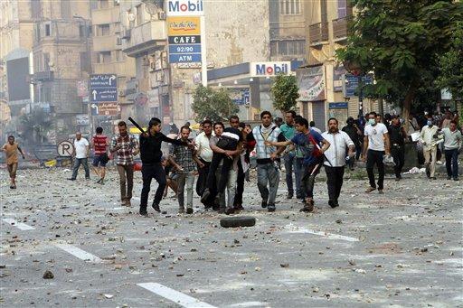 Fuerzas de seguridad y civiles detienen a un partidario del ex presidente egipcio Mohamed Morsi cerca de la plaza Ramsés en El Cairo, Egipto, el domingo 6 de octubre de 2013. Mortales enfrentamientos desde el fin de semana han dejado varios fallecidos en el país. (Foto AP/Sabry Khaled, El-Shorouk Newspaper)