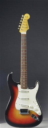 La guitarra Fender Stratocaster que un joven Bob Dylan tocó en el histórico Festival de Newport Folk de 1965 en una fotografía sin fecha proporiconada por Christie's. La guitarra será subastada el 6 de diciembre de 2013 y podría venderse hasta por medio millón de dólares en Christie's de Nueva York. En el festival Dylan cambió por primera vez a los instrumentos eléctricos.(Foto AP/Christie's)