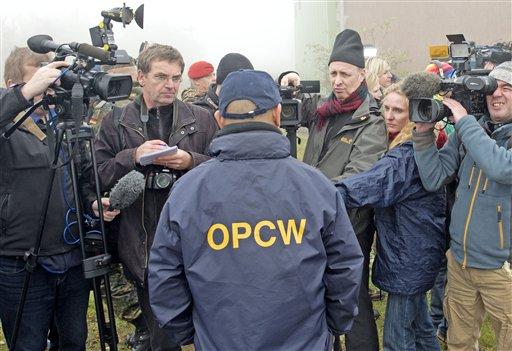Franz Ontal, director de entrenamiento de inspectores de la Organización para la Prohibición de Armas Químicas, habla con la prensa después de una sesión con los inspectores de las Naciones Unidas en el centro de entrenamiento de las fuezas armadas alemanas en Wildflecken el 16 de octubre del 2013 (AP Foto/Jens Meyer)
