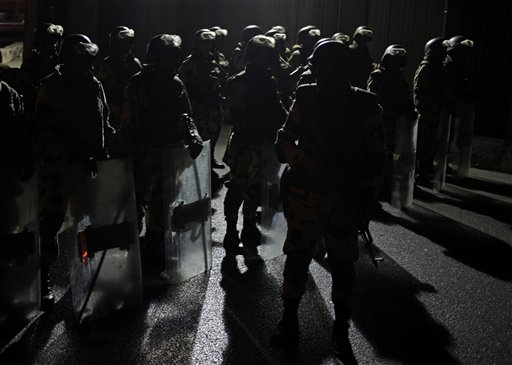 Fuerzas militares especiales vigilan una calle en El Cairo, Egipto, después de que el mando militar anunciara la sustitución del presidente Mohammed Morsi con el magistrado presidente de la corte constitucional, el miércoles 3 de julio de 2013. (AP Foto/Khalil Hamra)