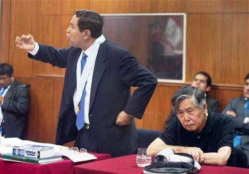 El abogado William Castilo habla al juez mientras su cliente, el encarcelado ex presidente peruano Alberto Fujimori escucha una audiencia en la cual se pidió que se le permita a Fujimori cumplir su condena a 25 años de prisión bajo la modalidad de arresto domiciliario por razones de edad y salud. La audiencia se desarrolló en una sala de la cárcel en las afueras de Lima de la cual Fujimori es el único preso. El ex mandatario de 75 años, fue condenado por crímenes de lesa humanidad y corrupción cometidos durante su gobierno de 1990 a 2000. (AP Foto/Martin Mejia)
