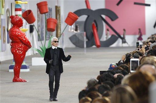 Karl Lagerfeld recibe el aplauso del público tras la presentación de su colección primavera-verano 2014 para Chanel en París, el martes 1 de octubre de 2013. (Foto AP/ Christophe Ena)