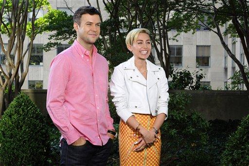 """Taran Killam, izquierda, y Miley Cyrus en un promocional de """"Saturday Night Live"""" en Nueva York en una fotografía del 1 de octubre de 2013. Cyrus actuará y presentará el programa el 5 de octubre. Aunque Miley Cyrus tiene un montón de críticos por sus actuaciones subidas de tono, hay un grupo apoyándola y elogiándola como un talento enorme: los raperos. (Foto AP/NBC, Dana Edelson)"""