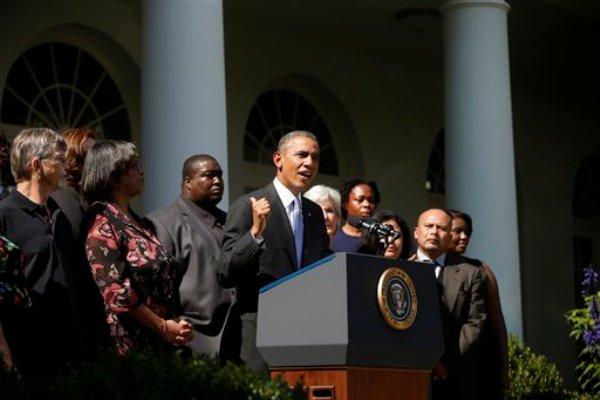 El presidente Barack Obama emite un mensaje sobre su programa de salud desde el Jardín de las Rosas de la Casa Blanca en Washington, el martes 1 de octubre de 2013. Lo acompañan la secretaria de Servicios de Salud, Kathleen Sebelius, y personas que apoyan la Ley de Atención Asequible. (Foto AP/Charles Dharapak)