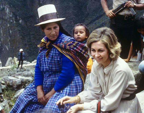 Reina Sofia con indigena