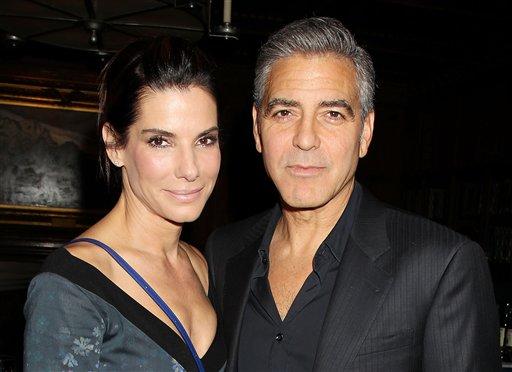 """Sandra Bullock y  George Clooney en un almuerzo en honor a la película """"Gravity"""" ofrecido por The Peggy Siegal Company y Warner Brothers Pictures en el Club Explorers el miércoles 2 de octubre de 2013 en Nueva York. (Foto AP/Starpix, Dave Allocca)"""