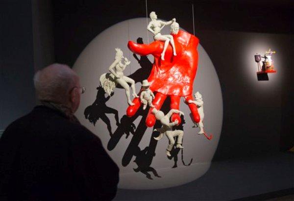 """En esta foto tomada el martes 29 de octubre del 2013, un hombre observa una escultura titulada """"a la main du diable, 2013"""", del artista francés Arnaud Labelle-Rojoux, durante una presentación a la prensa de la exhibición """"Surrealismo y el objeto"""", en el Centro Pompidou de París. La muestra narra por primera vez la historia de cómo los surrealistas canalizaron su mensaje a través de bloques de madera, maniquís y otros objetos filocomunistas de uso cotidiano para cambiarle el rostro al arte del siglo XX, seduciendo a Joan Miró y Pablo Picasso. (AP Foto/Michel Euler)"""