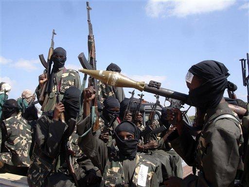 En esta fotografía de archivo del 8 de diciembre de 2008, combatientes del grupo extremista al-Shabab, aliado con al-Qaida, en las afueras de Mogadiscio, Somalia, se preparan para viajar a la ciudad tras comprometerse que atacarían a tropas etíopes. El hombre que fuerzas especiales estadounidenses intentaron capturar en Somalia el fin de semana era un keniano que planeaba atacar el Parlamento de su país y la sede del a ONU en Nairobi, de acuerdo con un documento de inteligencia del gobierno keniano. (Foto AP/Farah Abdi Warsameh, archivo)