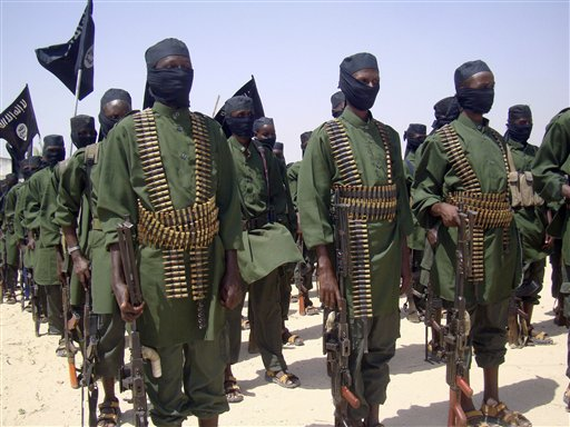 Combatientes de al-Shabab en una formación con sus armas durante un ejercicio militar a las afueras de Mogadiscio, Somalia, en una fotografía del 17 de febrero de 2011. Fuerzas militares internacionales realizaron una redada el sábado 5 de octubre de 2013 contra terroristas de al-Shabab. (Foto AP/Mohamed Sheikh Nor, archivo)