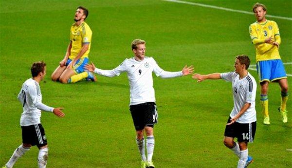 El jugador de Alemania, Andre Schuerrle, centro, festeja con compañeros tras anotar un gol contra Suecia en las eliminatorias mundialistas el martes, 15 de octubre de 2013, en Estocolmo. (AP Photo/TT/Jonas Ekstromer)   SWEDEN OUT