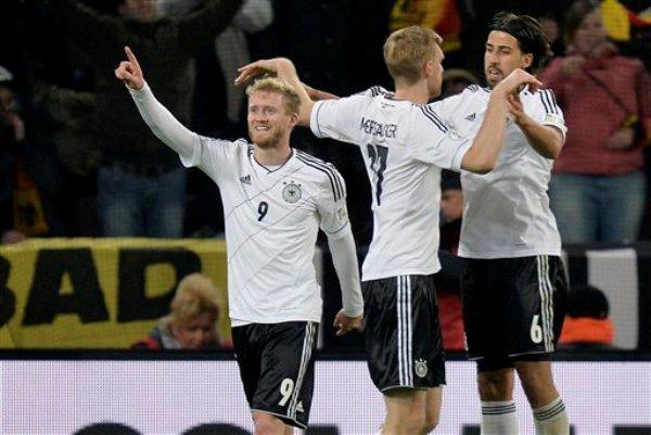 El jugador de la selección de Alemania, Andre Schuerrle, izquierda, festeja tras anotar un gol contra Irlanda en las eliminatorias mundialistas el viernes, 11 de octubre de 2013, en Colonia, Alemania.(AP Photo/Martin Meissner)