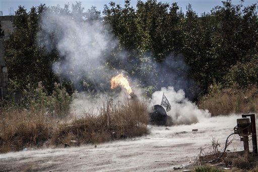 En esta foto del lunes,, 7 de octubre del 2013, se ve una pieza de artillería siendo disparada durante un ataque de los rebeldes sirios contra la base del ejército en Wadi al-Dief, en el norte de Siria. (Foto AP)