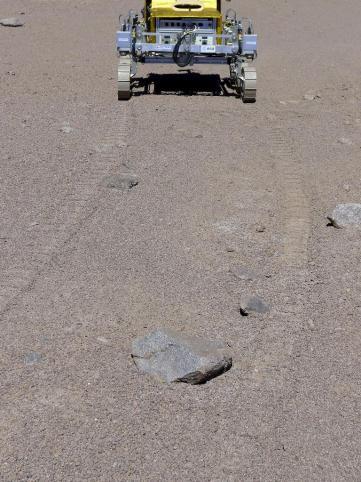 """Fotografía facilitada por la Agencia Espacial Europea (ESA) del vehículo Safer, un prototipo del robot que enviará a Marte en 2018 para buscar rastros de vida en la superficie del Planeta Rojo, en el desierto chileno de Atacama, donde ha acabado de probarlo. Los expertos eligieron ese desierto chileno porque ofrece un terreno """"representativo de lo que se podría encontrar en Marte"""", donde el SAFER (Sample Acquisition Field Experiment with a Rover) intentará aportar pruebas de que alguna vez existió vida en ese planeta, explicó hoy a Efe el argentino Jorge Vago, uno de los científicos del programa ExoMars de la ESA. EFE/"""
