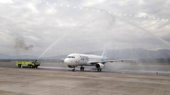 * El avión en que llegó la Selección, homenajeada en el aeropuerto de Tababela. Foto tuiteada por @hartagambeta