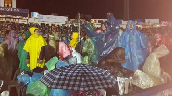 La lluvia se hace presente en el Olimpico Atahualpa a la espera de Justin Bieber.