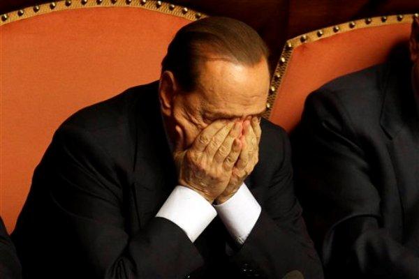 El ex primer ministro Silvio Berlusconi se refriega los ojos después de dar un discurso en el Senado en Roma, 2 de octubre del 2013. Berlusconi tuvo un sorprendente cambio radical el miércoles y brindó su respaldo a un voto de confianza al gobierno del primer ministro Enrico Letta, reconociendo su derrota en el Senado después que las divisiones de su partido lo dejaron sin la base que necesitaba para derribar a la coalición.  (Foto AP/Gregorio Borgia)