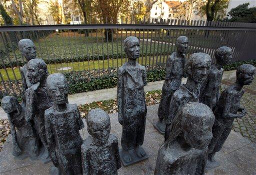 Una escultura del artista alemán Will Lammert a la entrada de un cementerio judío en Berlín, Alemania, el jueves 31 de octubre del 2013. Al parecer el director de la Gestapo
