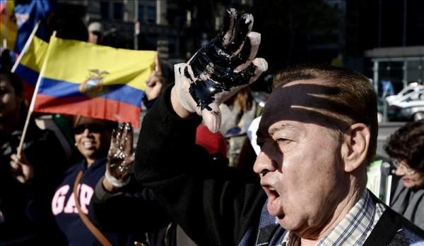 Varios ecuatorianos en una concentración cerca de un tribunal de Nueva York (Estados Unidos). EFE/Justin Lane/Archivo