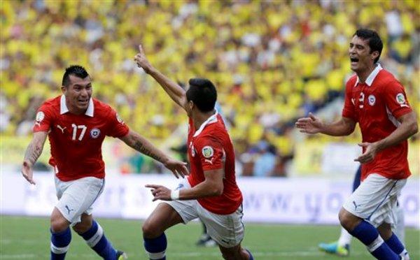 El jugador de Chile, Alexis Sánchez, centro, festeja con compañeros tras anotar un gol contra Colombia en las eliminatorias mundialistas el viernes, 11 de octubre de 2013, en Barranquilla, Colombia. (AP Photo/Ricardo Mazalan)