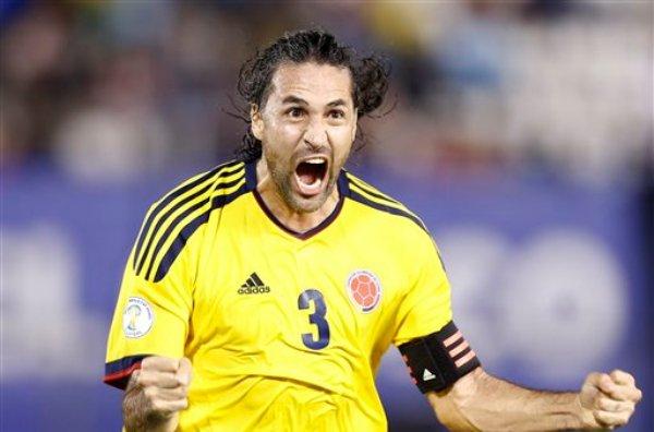 El jugador de Colombia, Mario Yepes, festeja un gol contra Paraguay en las eliminatorias mundialistas el martes, 15 de octubre de 2013, en Asunción. (AP Photo/Victor R. Caivano)