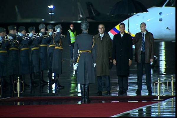 Moscú, 28 oct 2013.- El Presidente de la República, Rafael Correa, momentos en que arriba al aeropuerto de Vnukovo de la capital Rusa. Foto: Miguel Ángel Romero/Presidencia de la República.