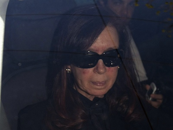 """BUENOS AIRES (ARGENTINA), 07/10/2013.- La presidenta argentina,Cristina Fernández, es fotografiada a su llegada hoy, lunes 07 de octubre de 2013, a la clínica Favaloro de Buenos Aires (Argentina), donde será intervenida mañana para la """"evacuación quirúrgica"""" del hematoma que le fue diagnosticado este sábado, informaron fuentes oficiales. EFE/Pablo Molina/DYN/"""