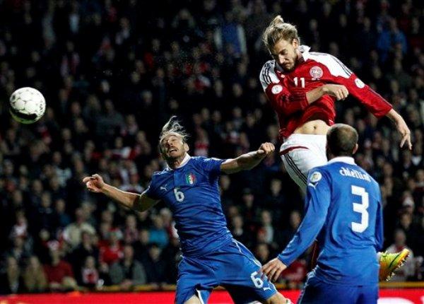 El jugador de Dinamarca, Nicklas Bendtner, arriba, anota un gol contra Italia en las eliminatorias mundialistas el viernes, 11 de octubre de 2013, en Copenhague. (AP Photo/Polfoto/Jens Dresling) DENMARK OUT