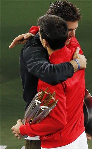 Novak Djokovic  y  del Potro se abrazon después que el primero venció la final del Masters de Shangai. (AP Foto/Eugene Hoshiko)