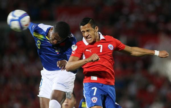 Foto de archivo. El jugador de Chile, Alexis Sanchez (d), disputa el balón con el jugador de Ecuador, Frickson Erazo (i), hoy, martes 15 de octubre de 2013, durante la última fecha de la clasificación sudamericana para el Mundial de Brasil 2014 en el Estadio Nacional en Santiago de Chile (Chile). EFE/Mario Ruiz.