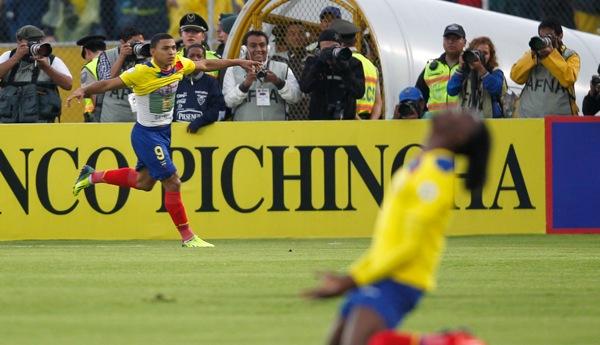 El jugador de Ecuador, Jefferson Montero, izquierda, festeja un gol contra Uruguay en las eliminatorias mundialistas el viernes, 11 de octubre de 2013, en Quito. (AP Photo/Martin Mejia)