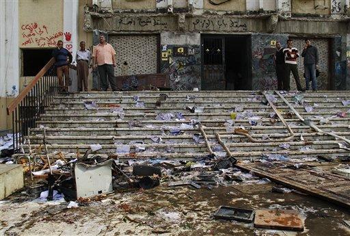 Trabajadores revisan los daños causados por manifestantes pro Hermandad Musulmana en la Universidad Islámica Al-Azhar en El Cairo, Egipto, el miércoles 30 de octubre de 2013. Horas tras el arresto de Essam el-Erian, el segundo al mando del brazo político de la Hermanada, el Partido Justicia y Libertad, estudiantes pro Hermandad Musulamana atacaron en protesta el edificio administrativo de la universidad. (Foto AP/Ahmed Abd El Latef, El Shorouk) EGYPT OUT