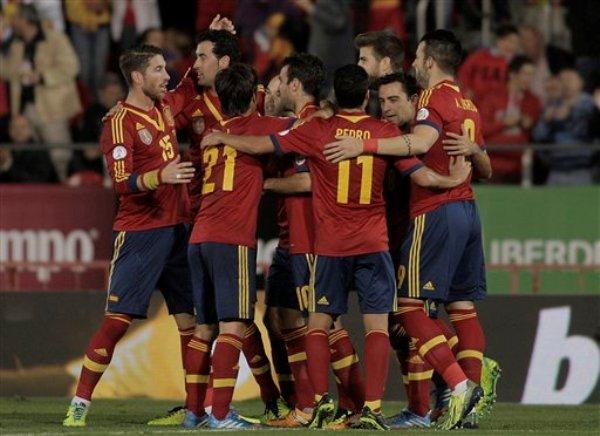 Los jugadores de España festejan un gol de Xavi Hernández, segundo desde la derecha, contra Bielorrusia en las eliminatorias mundialistas el viernes, 11 de octubre de 2013, en Palma de Mallorca, España. (AP Photo/Manu Mielniezuk)