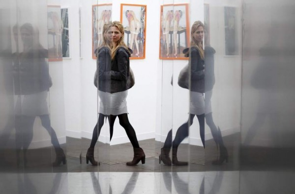 Un visitante observa algunas de las obras de la feria de arte contemporáneo Frieze