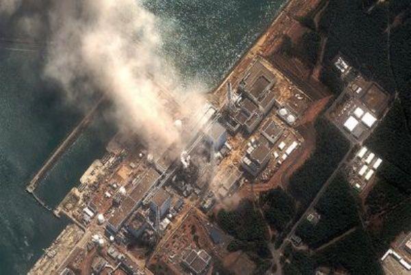 En la foto, imagen aérea del incendio que siguió a una explosión en la central nuclear de Fukushima, en 2011.