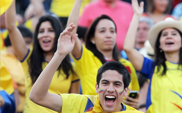 Hinchas de la selección de Ecuador animan a su equipo hoy, martes 15 de octubre de 2013, antes del juego contra Chile en la última fecha de la clasificación sudamericana para el Mundial de Brasil 2014 en el Estadio Nacional en Santiago de Chile (Chile). EFE/Mario Ruiz