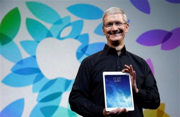 El director general de Apple, Tim Cook presenta la nueva iPad Aire el martes 22 de octubre de 2013, en San Francisco. (Foto AP/Marcio Jose Sanchez)