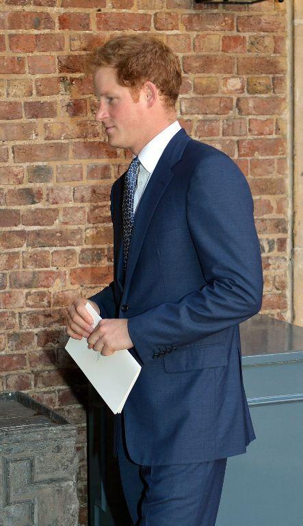 El tío paterno del príncipe Jorge, Enrique de Inglaterra, abandona la capilla del palacio de St. James tras el bautizo de su sobrino.
